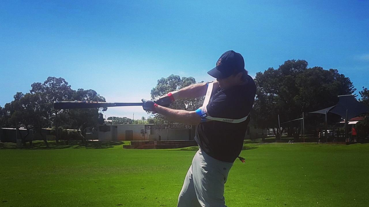 팔꿈치를 몸 바깥쪽으로 미는 힘은 저항력을 생산되는데 이 때 힘을 증대시켜줍니다. 뒷팔 팔꿈치를 바깥쪽으로 빼면 저항력은 강해지고, 정점에 도달할때까지 힘과 정확도와 속도를 증대시켜 줍니다.
